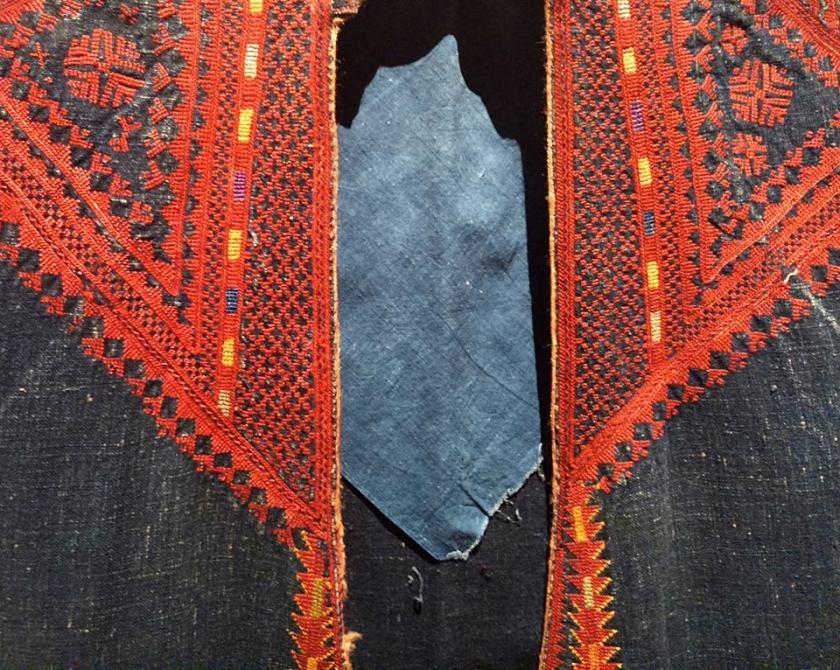 Manteau de femme réalisé en Syrie, fin XIXème siècle, en coton rustique indigo, magnifiquement brodé de fils rouges.